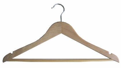 Dřevěná ramínka 44,5cm,s příčkou a zářezy, přírodí lakované dřevo.
